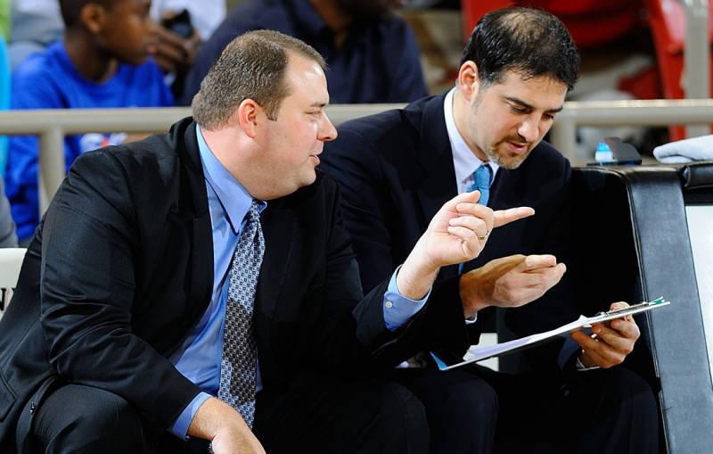 Calabria (à droite) sur le banc de UNC Wilmington en compagnie de l'autre assitant coach Jamie Kachmarik : les deux ne seront pas reconduits en 2013