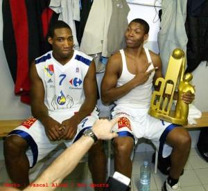 Rowan Barrett (à gauche) avec Thierry Zig et le trophée de la semaine des As 2004